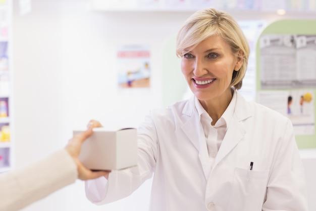 Farmacêutico tomando medicamentos para o cliente