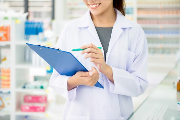 Farmacêutico trabalhando em farmácia ou farmácia