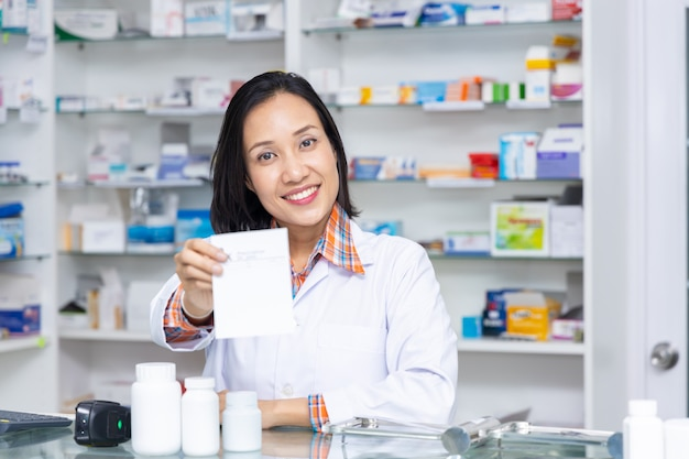 Farmacêutico trabalhando na loja de farmácia