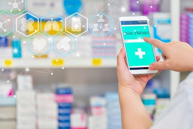 Farmacêutico usando smartphone móvel para barra de pesquisa em exibição na farmácia da drogaria