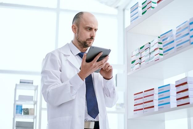 Farmacêutico usando um tablet digital para concluir um pedido online