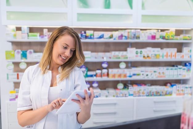 Farmacêutico usar tablet para gerenciamento de farmácia.