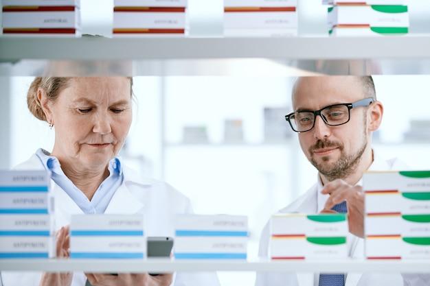 Farmacêuticos discutindo novos medicamentos inovadores de perto