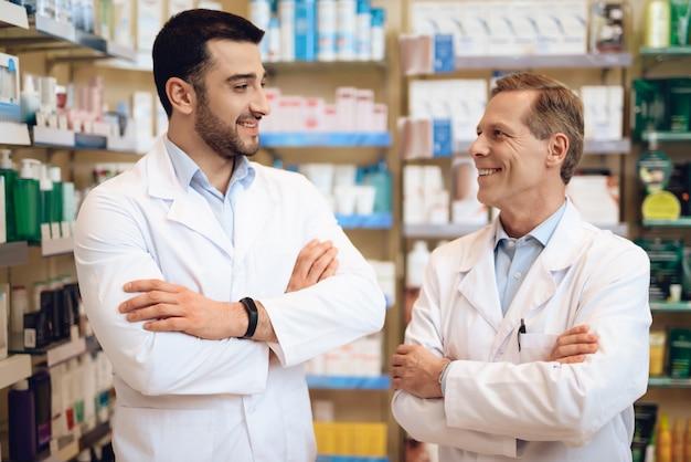 Farmacêuticos masculinos estão na farmácia.