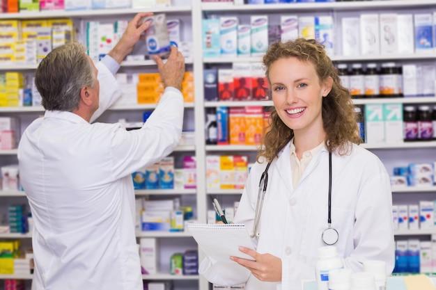 Farmacêuticos pesquisando medicamentos com receita médica