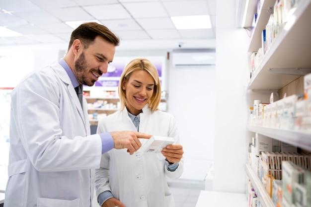 Farmacêuticos trabalhando juntos na loja da farmácia.
