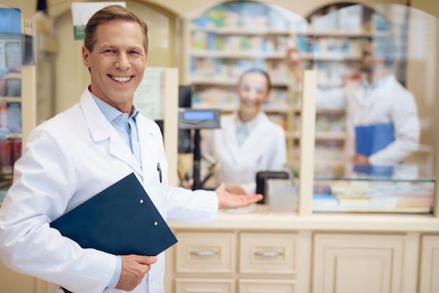 Farmacêuticos vestidos de jaleco branco.