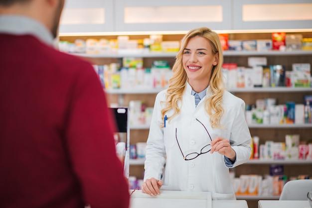 Farmácia, medicina e pessoas.