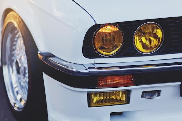 Faróis de carro retrô clássico
