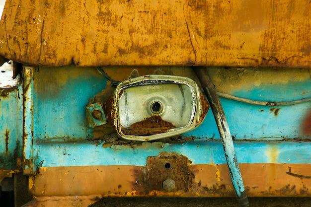 Faróis de carros velhos danificados