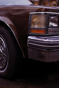 Faróis de um carro antigo