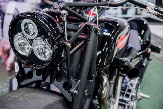 Faróis incomuns na motocicleta preta rara