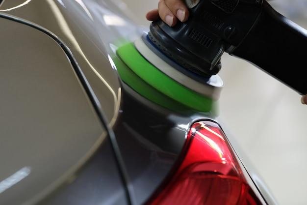 Faróis mecânicos de polimento de carro usando máquina especial close up