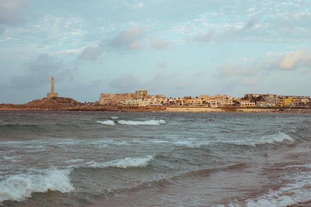 Farol à beira-mar em murcia, no mar mediterrâneo na praia