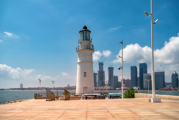 Farol branco da costa de qingdao e bela paisagem arquitetônica