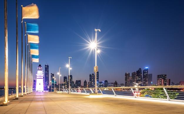 Farol branco e visão noturna da paisagem de arquitetura urbana