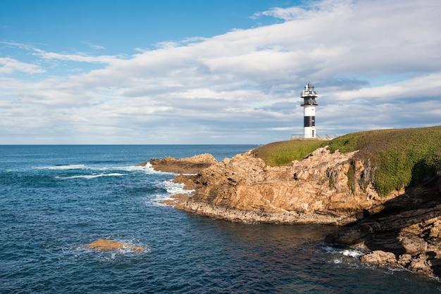 Farol da ilha de pancha no litoral de ribadeo, galiza, espanha. Foto Premium