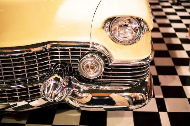 Farol da lâmpada do vintage retro carro retrô na garagem retrô