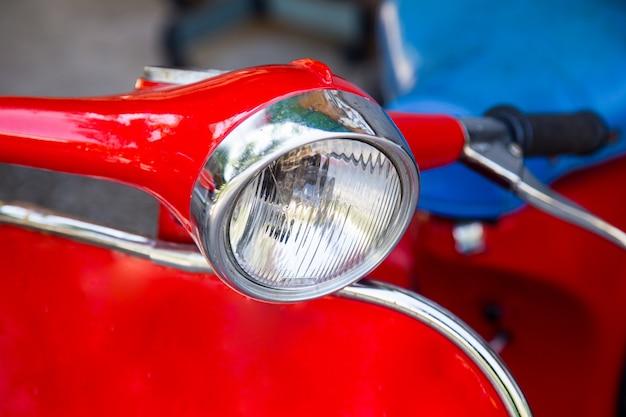 Farol da velha motocicleta vermelha, de perto