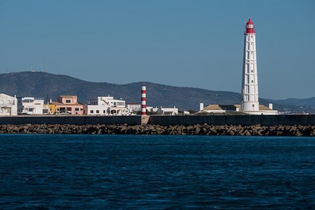Farol de ampla vista na ilha da culatra na ria formosa.