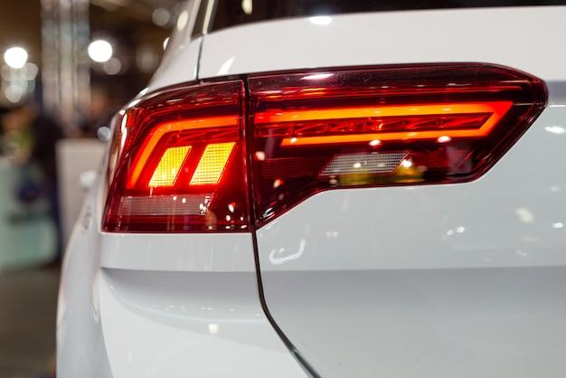 Farol de carro com luz de fundo. detalhe exterior. carro de cor branca