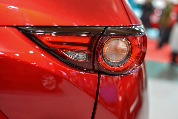 Farol de carro com luz de fundo. detalhe exterior. carro vermelho
