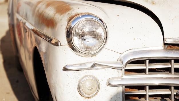 Farol de carro retrô antigo fecha exposição de carros retrô
