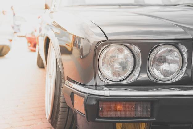 Farol de carro retrô. parte dianteira do automóvel velho carro antigo com luzes redondas.