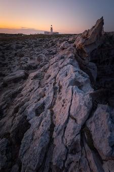 Farol de 'cavalleria' na tampa norte da ilha de menorca, espanha.
