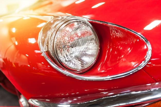 Farol de um carro vermelho