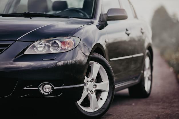 Farol dianteiro de carro moderno com rodas