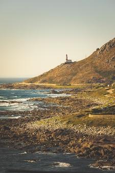 Farol do cabo silleiro em frente ao oceano atlântico em baiona, galiza.