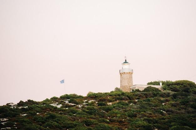Farol e bandeira grega na ilha de zakynthos. grécia