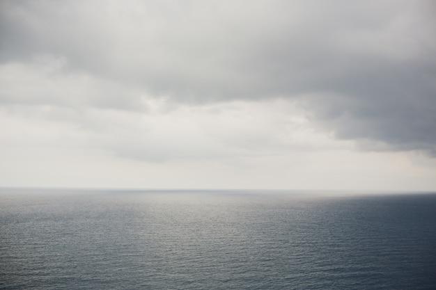 Farol e mirante cap de formentor. atração turística. costa da ilha de maiorca à noite. montanha. ilhas balears. paisagem no inverno. ótimas paisagens. bela vista.