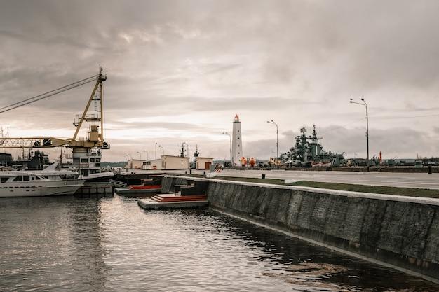 Farol e navios. navios civis e militares. equipamento de navegação em terra.