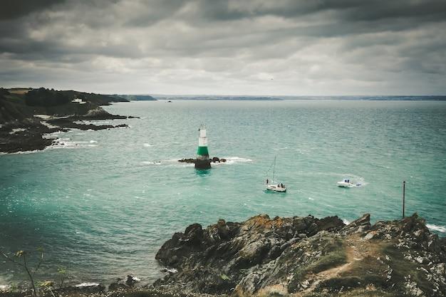 Farol e paisagem costeira em pleneuf val andre, bretanha, frança