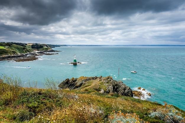 Farol e paisagem costeira em pleneuf val andre brittany, frança