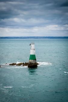 Farol e paisagem marítima em pleneuf val andre, bretanha, frança