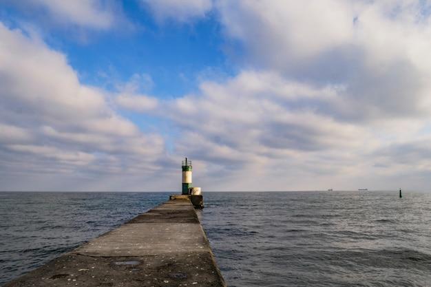 Farol em um píer no mar, um símbolo de esperança