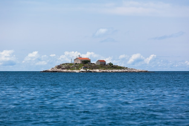 Farol em uma pequena ilha no mar adriático. croácia