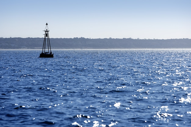 Farol flutuando no oceano azul como guia de ajuda