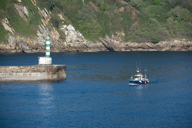 Farol marcando a entrada de um porto