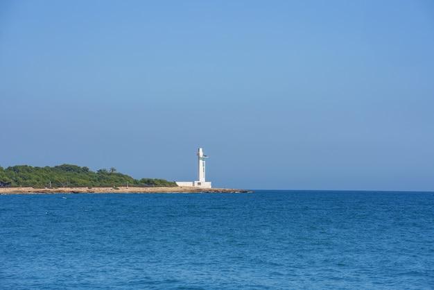 Farol moderno no mar mediterrâneo. sem nuvens, céu azul, dia ensolarado.