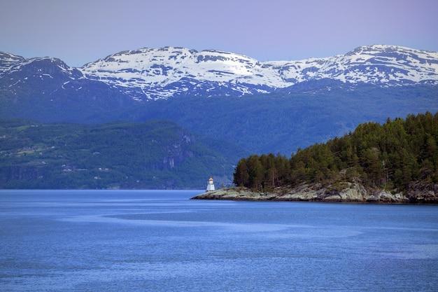 Farol na costa de um fiorde, noruega