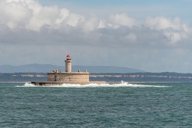 Farol na pequena ilha no mar - o forte de são lourenço do bugio