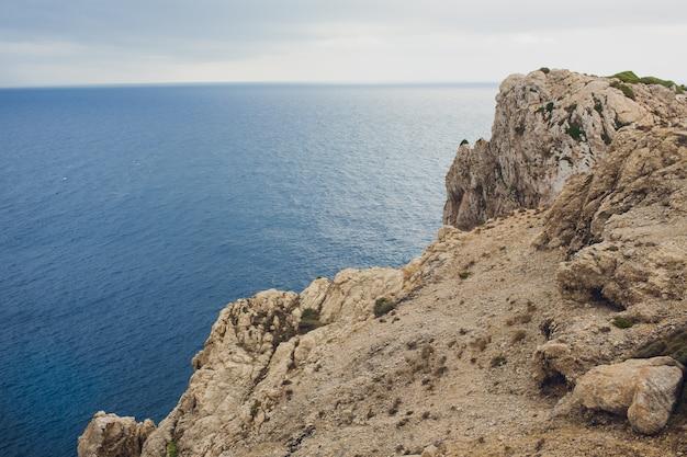 Farol no cabo formentor na costa de mallorca norte, espanha. paisagem artística do nascer e ao entardecer