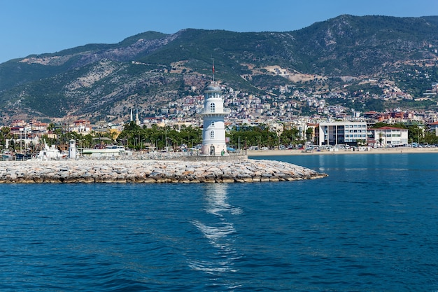 Farol no mar mediterrâneo em alanya
