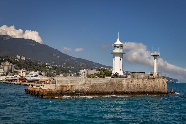 Farol no porto de yalta crimeia