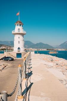 Farol no porto. turquia, alanya.