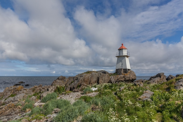 Farol nos fiordes noruegueses, na noruega. vista da paisagem da montanha do mar.